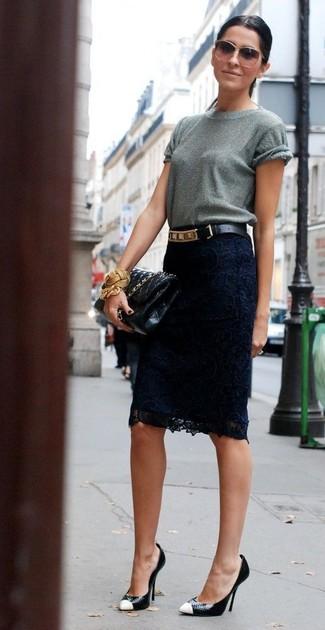 Cómo combinar: camiseta con cuello circular gris, falda lápiz de encaje azul marino, zapatos de tacón de cuero en negro y blanco, bolso bandolera de cuero acolchado negro