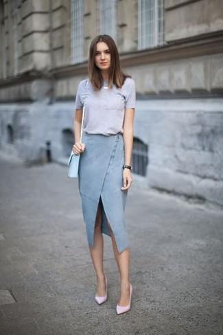 Cómo combinar: camiseta con cuello circular gris, falda lápiz vaquera con recorte celeste, zapatos de tacón de cuero rosados, bolso bandolera de cuero celeste