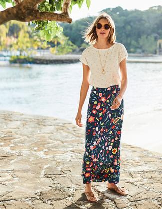 Cómo combinar: camiseta con cuello circular a lunares blanca, falda larga con print de flores azul marino, sandalias de dedo de cuero marrón claro, gafas de sol amarillas