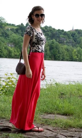 Cómo combinar: camiseta con cuello circular con print de flores en blanco y negro, falda larga roja, sandalias planas de cuero en marrón oscuro, bolso bandolera de cuero en marrón oscuro