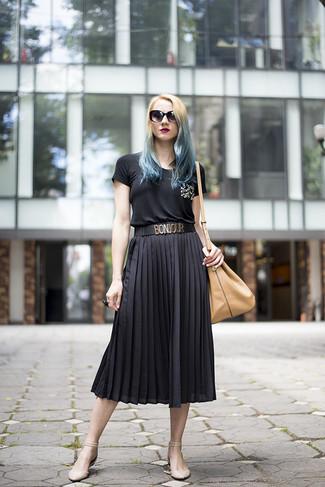 Look de moda: Camiseta con cuello circular con adornos negra, Falda midi plisada negra, Bailarinas de cuero en beige, Mochila con cordón de cuero marrón claro