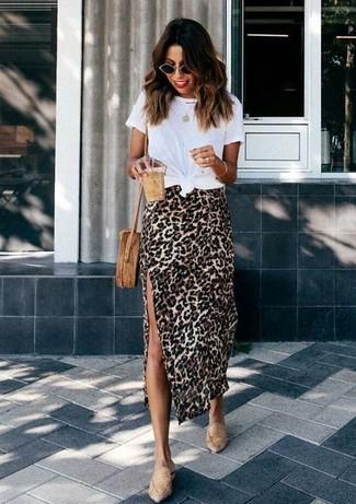 Cómo combinar: camiseta con cuello circular blanca, falda midi de leopardo marrón claro, mocasín de cuero marrón claro, bolso bandolera de paja marrón claro