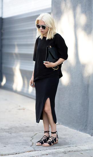 Cómo combinar: camiseta con cuello circular negra, falda midi negra, sandalias romanas de ante negras, cartera sobre de cuero negra