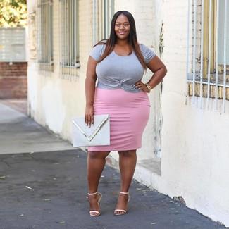 Cómo combinar una falda lápiz rosada: Elige una camiseta con cuello circular gris y una falda lápiz rosada para una vestimenta cómoda que queda muy bien junta. Sandalias de tacón de cuero blancas son una opción atractiva para complementar tu atuendo.