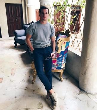 Cómo combinar: camiseta con cuello circular de punto gris, pantalón chino azul marino, tenis en beige, correa de cuero en beige