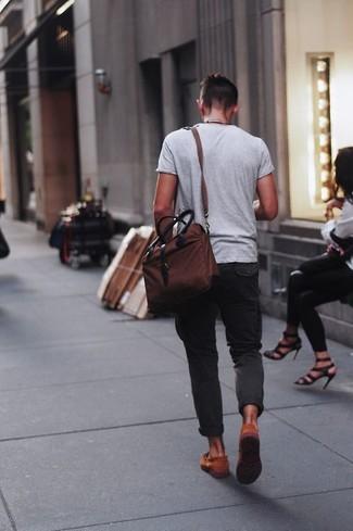 Cómo combinar: camiseta con cuello circular gris, pantalón chino en gris oscuro, mocasín de cuero naranja, bolso mensajero de lona en marrón oscuro