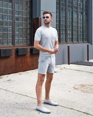 Cómo combinar: camiseta con cuello circular de punto gris, pantalones cortos grises, zapatos derby de cuero blancos, gafas de sol en gris oscuro