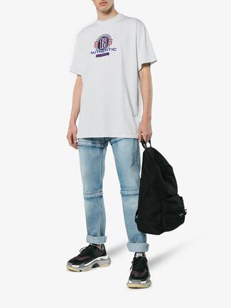 Cómo combinar: camiseta con cuello circular estampada gris, vaqueros celestes, deportivas negras, mochila negra