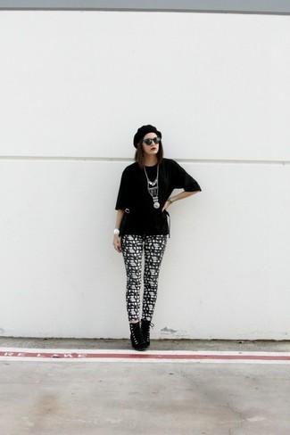 Cómo combinar: camiseta con cuello circular negra, leggings estampados en negro y blanco, botines con cordones de ante negros, boina negra