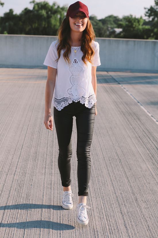 482a8d3e0 Cómo combinar: camiseta con cuello circular de encaje blanca, leggings de  cuero negros, Gorra ...