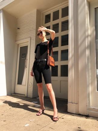 Cómo combinar unas chinelas de cuero negras: Empareja una camiseta con cuello circular negra junto a unas mallas ciclistas vaqueras negras para crear una apariencia elegante y glamurosa. Con el calzado, sé más clásico y opta por un par de chinelas de cuero negras.