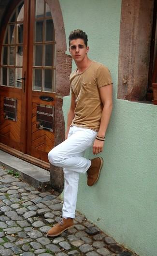 Cómo combinar: camiseta con cuello circular marrón claro, pantalón chino blanco, botas safari de ante marrón claro