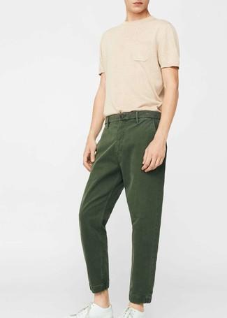 Cómo combinar: camiseta con cuello circular marrón claro, pantalón chino verde oscuro, tenis de cuero blancos