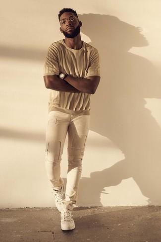 Cómo combinar: camiseta con cuello circular marrón claro, vaqueros pitillo desgastados en beige, tenis blancos, reloj marrón