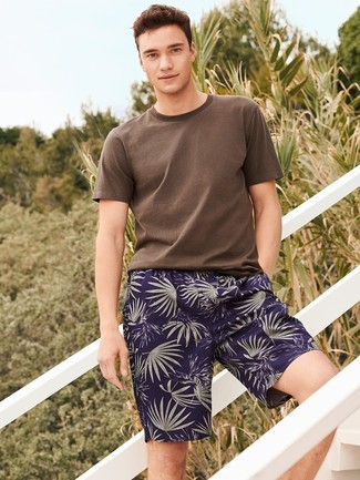 Cómo combinar: camiseta con cuello circular marrón, pantalones cortos estampados azul marino