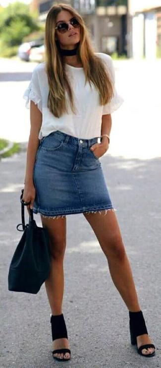 Cómo combinar: camiseta con cuello circular con volante blanca, minifalda vaquera azul, sandalias de tacón de ante negras, mochila con cordón de cuero negra
