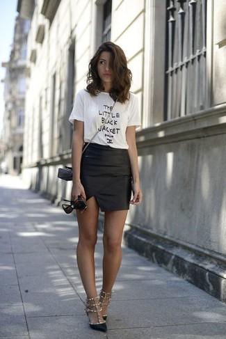 e2f1ad51d74 Camiseta con cuello circular estampada en blanco y negro de Calvin Klein  Jeans Est. 1978