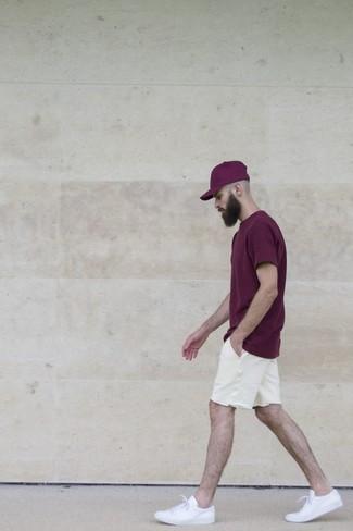 Cómo combinar una gorra de béisbol morado: Una camiseta con cuello circular morado oscuro y una gorra de béisbol morado son una opción práctica para el fin de semana. Con el calzado, sé más clásico y complementa tu atuendo con tenis blancos.