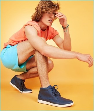Cómo combinar: camiseta con cuello circular naranja, pantalones cortos en turquesa, zapatillas altas azul marino