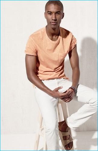 Cómo combinar: camiseta con cuello circular naranja, vaqueros blancos, sandalias de ante en beige, pulsera azul marino