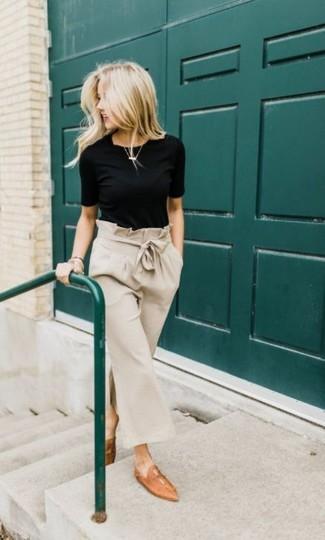Cómo combinar: camiseta con cuello circular negra, falda pantalón en beige, mocasín de cuero marrón claro