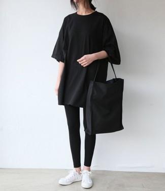 Cómo combinar: camiseta con cuello circular negra, leggings negros, tenis blancos, bolsa tote de lona negra