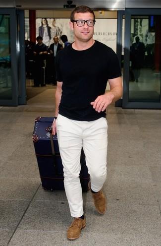 Look de Dermot O'Leary: Camiseta con cuello circular negra, Pantalón chino blanco, Zapatos derby de ante marrónes, Calcetines negros
