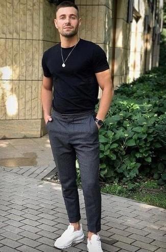 Look de moda: Camiseta con cuello circular negra, Pantalón chino de lana en gris oscuro, Deportivas blancas, Reloj de cuero negro
