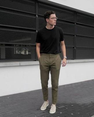 Cómo combinar unos tenis en beige: Casa una camiseta con cuello circular negra con un pantalón chino verde oliva para cualquier sorpresa que haya en el día. Tenis en beige son una sencilla forma de complementar tu atuendo.