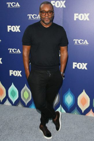 Camiseta con cuello circular negra pantalon de chandal negro tenis de cuero burdeos large 21959
