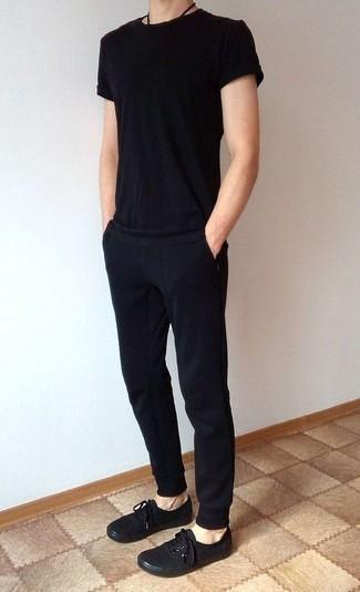 Cómo combinar un pantalón de chándal negro: Para un atuendo tan cómodo como tu sillón ponte una camiseta con cuello circular negra y un pantalón de chándal negro. Opta por un par de tenis de lona negros para mostrar tu inteligencia sartorial.