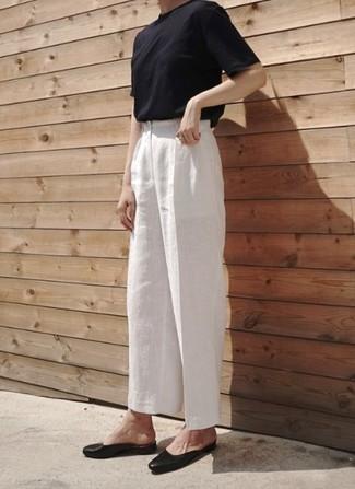 Cómo combinar: camiseta con cuello circular negra, pantalones anchos de lino blancos, bailarinas de cuero negras