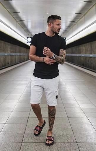 Outfits hombres estilo relajado: Para un atuendo que esté lleno de caracter y personalidad haz de una camiseta con cuello circular negra y unos pantalones cortos blancos tu atuendo. Sandalias de goma verde oscuro darán un toque desenfadado al conjunto.