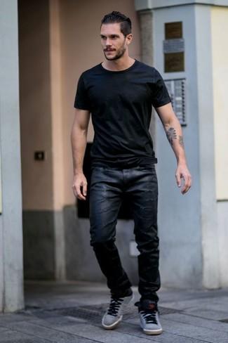 Cómo combinar: camiseta con cuello circular negra, vaqueros de cuero negros, zapatillas altas grises