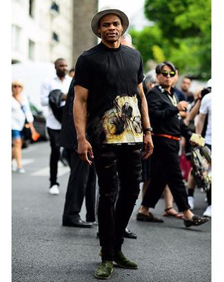 Cómo combinar: camiseta con cuello circular estampada negra, vaqueros desgastados negros, botines chelsea de ante verde oscuro, sombrero de lana gris