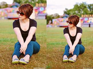 Cómo combinar: camiseta con cuello circular negra, vaqueros pitillo azules, bailarinas de cuero en amarillo verdoso, gafas de sol marrónes