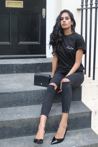 Cómo combinar: camiseta con cuello circular negra, vaqueros pitillo desgastados negros, zapatos de tacón de cuero negros, bolso bandolera de cuero negro