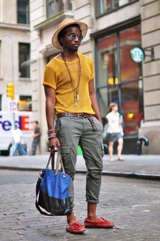 Elige por la comodidad con una camiseta con cuello circular de malla amarilla y un sombrero de paja marrón claro de Esprit. ¿Por qué no ponerse mocasín con borlas de cuero rojo a la combinación para dar una sensación más clásica?