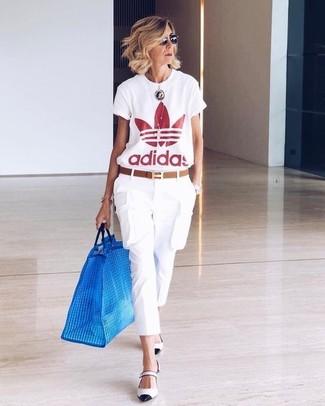 Cómo combinar: camiseta con cuello circular estampada en blanco y rojo, pantalón cargo blanco, zapatos de tacón de cuero en blanco y negro, correa de cuero marrón