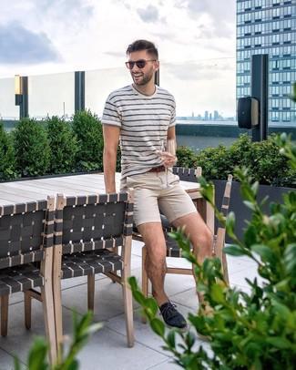Cómo combinar: camiseta con cuello circular de rayas horizontales en blanco y azul marino, pantalón chino en beige, alpargatas de lona azul marino, correa de cuero marrón