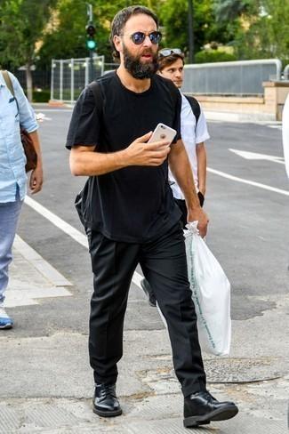 Cómo combinar una camiseta con cuello circular negra: Ponte una camiseta con cuello circular negra y un pantalón chino negro para una vestimenta cómoda que queda muy bien junta. Con el calzado, sé más clásico y elige un par de botas casual de cuero negras.