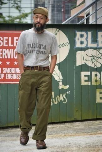 Moda para hombres de 50 años estilo relajado: Intenta ponerse una camiseta con cuello circular estampada gris y un pantalón chino verde oliva para una vestimenta cómoda que queda muy bien junta. Si no quieres vestir totalmente formal, usa un par de botas de trabajo de cuero en marrón oscuro.