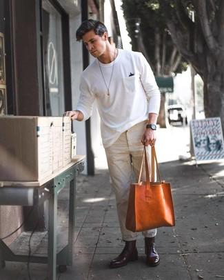 Cómo combinar: camiseta con cuello circular blanca, pantalón chino en beige, botas formales de cuero burdeos, bolsa tote de cuero en tabaco