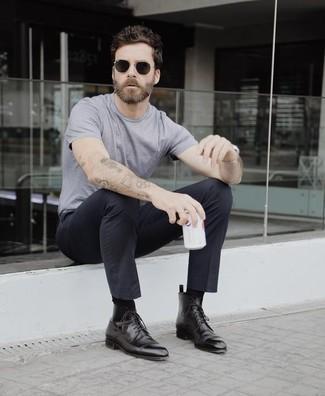 Cómo combinar unas botas formales de cuero negras: Empareja una camiseta con cuello circular gris junto a un pantalón chino negro para cualquier sorpresa que haya en el día. Con el calzado, sé más clásico y opta por un par de botas formales de cuero negras.