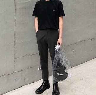 Cómo combinar unas botas: Utiliza una camiseta con cuello circular negra y un pantalón chino en gris oscuro para conseguir una apariencia relajada pero elegante. Elige un par de botas para mostrar tu inteligencia sartorial.