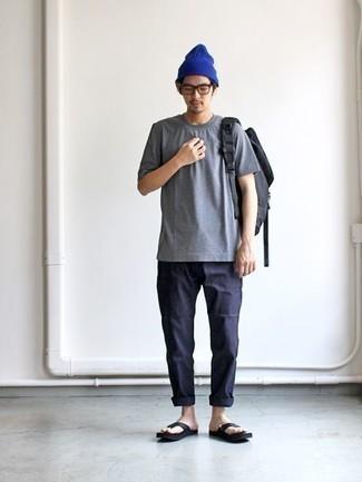 Cómo combinar unas chanclas: Este combo de una camiseta con cuello circular gris y un pantalón chino azul marino te permitirá mantener un estilo cuando no estés trabajando limpio y simple. Chanclas resaltaran una combinación tan clásico.