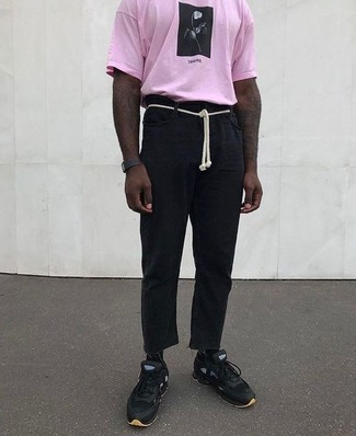 Cómo combinar: camiseta con cuello circular estampada rosada, pantalón chino de lino negro, deportivas negras, reloj de goma negro