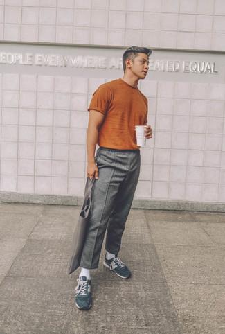 Cómo combinar: camiseta con cuello circular en tabaco, pantalón chino de lana gris, deportivas de ante verde oscuro, bolsa tote de cuero gris