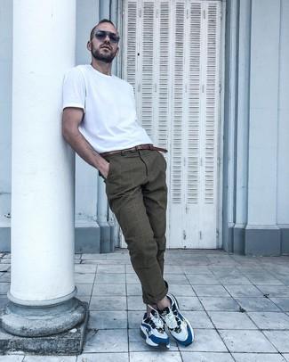 Cómo combinar: camiseta con cuello circular blanca, pantalón chino de tartán marrón, deportivas en blanco y azul, correa de cuero marrón