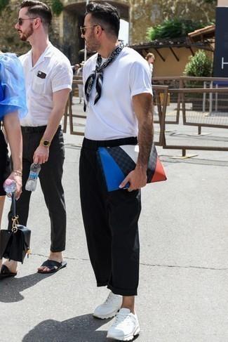 Outfits hombres: Casa una camiseta con cuello circular blanca junto a un pantalón chino negro para una apariencia fácil de vestir para todos los días. Deportivas de cuero blancas darán un toque desenfadado al conjunto.